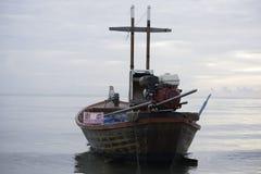 在海的一条渔夫小船 免版税库存照片