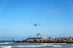 在海的一架直升机和与题字的一个眺望台在俄国卡斯皮斯克市 免版税图库摄影