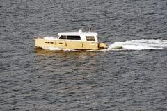 在海的一艘汽艇 库存图片