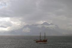 在海的一艘船多雨天气的 免版税图库摄影