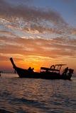 在日落的Longtail小船 库存图片