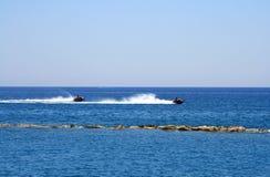 在海的两个波浪赛跑者 免版税库存图片