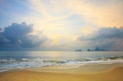在海的五颜六色的黎明 免版税库存照片