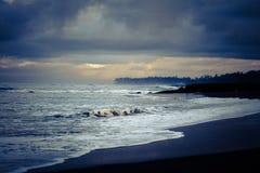 在海的五颜六色的黎明 免版税库存图片