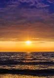 在海的剧烈的五颜六色的日落 库存图片
