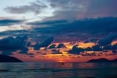 在海的剧烈的五颜六色的日落 免版税库存图片