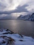在海的剧烈的天空Lofoten的,挪威 免版税库存图片