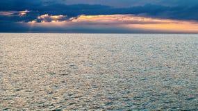 在海的剧烈的日落天空 库存照片