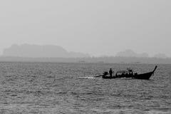 在海的剪影小船 库存图片