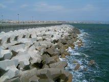 在海的口岸岩石 库存图片