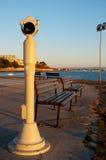 在海的堤防的街道望远镜 免版税图库摄影