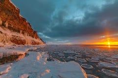 在海的壮观的冬天山风景 帕尔迪斯基峭壁 爱沙尼亚 免版税图库摄影