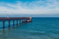 在海的夏天, Zelenogradsk,加里宁格勒,俄罗斯 波罗的海、夏天和晴朗,白色码头 库存照片