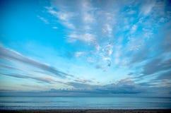 在海的多云天空晚上光的 免版税图库摄影