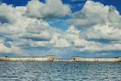 在海的多云天 库存照片