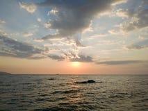 在海的多云日出 免版税库存图片