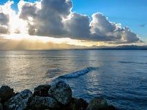 在海的多云日落 免版税库存图片
