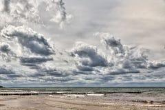 在海的多暴风雨的天气 免版税库存图片