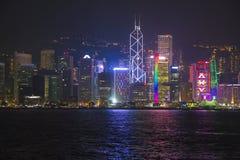 在海的夜轻的大厦 免版税库存图片