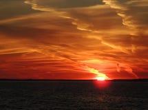 在海的大冬天天空日落的 免版税库存图片