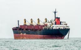 在海的大小船 免版税库存图片