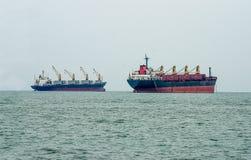 在海的大小船 库存照片