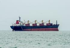 在海的大小船 库存图片