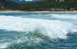 在海的大波浪在Krabi,泰国 库存图片