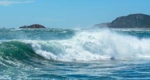 在海的大波浪 免版税库存照片