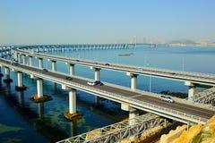 在海的大连桥梁 免版税库存照片
