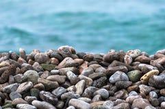在海的小卵石石头 库存图片