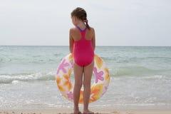 在海的小女孩 免版税库存照片
