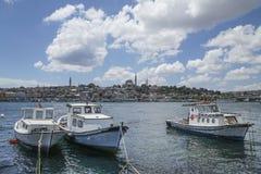 在海的小木渔船反对伊斯坦布尔视图在土耳其 免版税库存照片