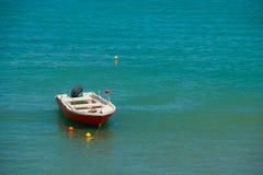 在海的小渔船在一个夏日 欧洲 未触动过的水彩秀丽 小船站立靠码头和 免版税库存照片