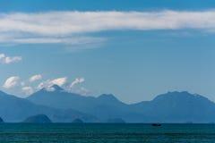 在海的小船在天空下 免版税图库摄影
