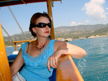 在海的小船旅行 免版税库存图片