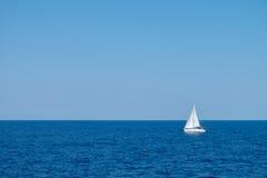 在海的小船航行 库存图片