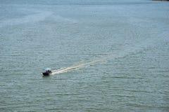 在海的小船驱动我由Taksin Maharat桥梁做了照片在庄他武里省 免版税库存照片