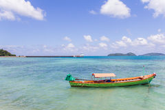 在海的小船 免版税库存图片