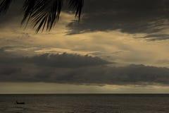 在海的小黑小船 图库摄影