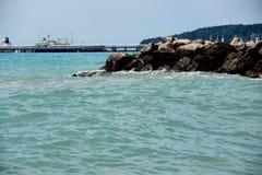 在海的岩石岸的波浪 库存图片