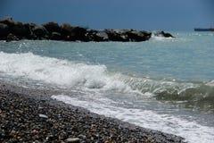 在海的岩石岸的波浪 免版税库存照片