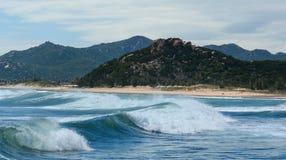 在海的巨大的波浪在芽庄市,越南 库存照片