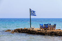 在海的希腊旗子 库存照片