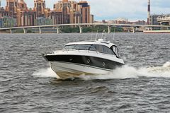 在海的快速的浮动小船 免版税图库摄影