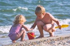 在海的愉快的孩子 免版税库存图片