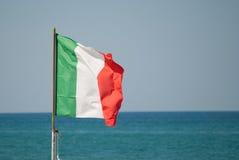 在海的意大利旗子 库存照片