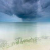 在海的风雨如磐的天空 免版税库存图片