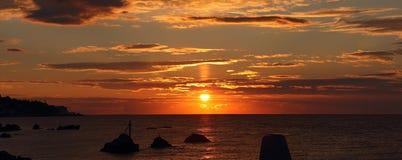 在海的日出。(全景) 库存图片