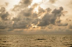 在海的日出美丽的天空的 免版税库存图片